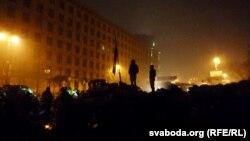 «Еуромайдан» белсенділері көшедегі баррикадалардың бір бөлігін алды. Киев, 16 ақпан 2014 жыл.