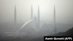 Вид на большую мечеть Файсал в Исламабаде