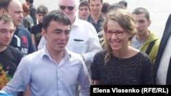Oleg Shein (majtas) gjatë një tubimi me mbështetësit e tij