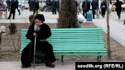 Пожилой узбек сидит на лавочке. Иллюстративное фото.
