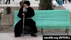 Өзбек ақсақалы демалып отыр. 25 наурыз 2012 жыл.