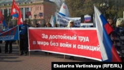 """Профсоюзная акция """"За достойный труд"""" в Иркутске собрала около двухсот человек"""