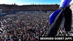 Хора отдават почит на Самюел Пати в Тулуза