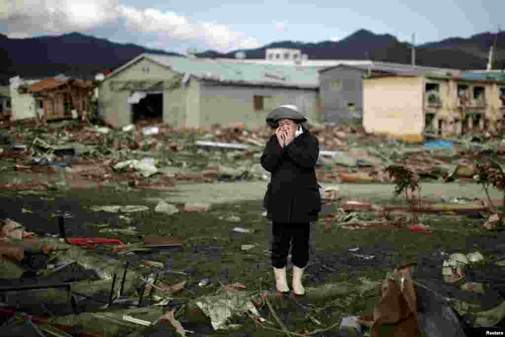 По официальным данным, от землетрясения около 16 тысяч людей погибли по всему северовосточному побережью Японии и свыше 2,5 тысяч считаются пропавшими без вести