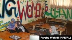 """Посетительницы первого интернет-кафе для женщин """"Сахар Гуль"""". Кабул, июль 2012 года."""