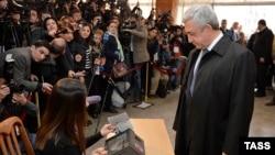 Armenia - President Serzh Sargsyan votes at a polling station in Yerevan, April 2, 2017