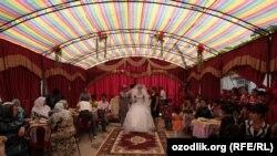 В сезон сбора хлопка многие жители Самаркандской области проводят свадьбы у себя во дворе.