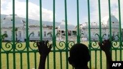 Гаити. У разрушенного землетрясением президентского дворца, январь 2010 г.