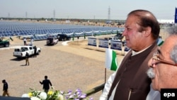 Pakistani Prime Minister Nawaz Sharif (2nd R), surveys the site of the newly opened 100-megawatt unit Quaid-i-Azam Solar Park, Bahawalpur district of Punjab on May 5.