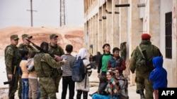 Siriýa, Aleppo welaýaty, rus goşunlary Jibrin etrabyna medisina kömegini eltýär. 1-nji mart, 2017