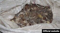 Бурштин у мішках, вилучених поліцією на Рівненщині