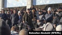 Аманбол Бабакулов (с микрофоном в руках).