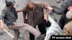 Mineri brutalizînd civili la București în iunie 1990