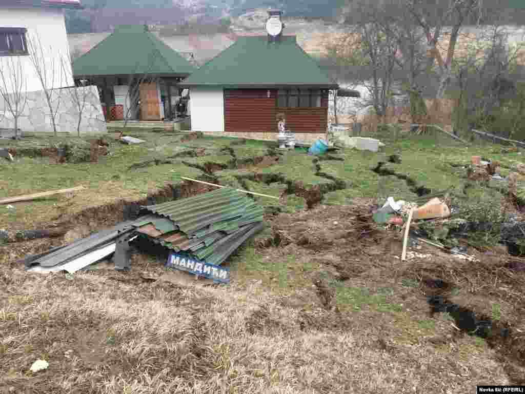 Vikendice vise iznad rupa nastalih pucanjem zemljišta u Zaovinama.