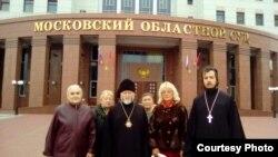 Московський обласний суд. На фото: митрополит Адріан Старина (в центрі), парафіяни храму і священик храму ієромонах Меркурій Скороход (крайній праворуч)