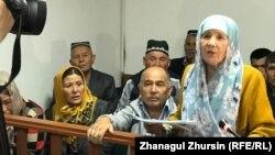 Өртенген автобус ісі бойынша сотқа қатысып отырған Өзбекстан азаматтары. Ақтөбе, 3 қыркүйек 2018 жыл.
