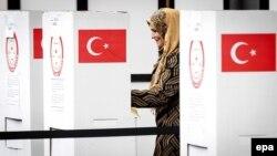Нидерландта Төркия референдумында тавыш бирүче төрек хатыны