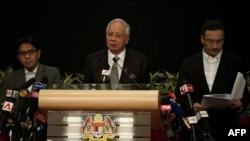 Малайзия премьер-министрі Наджиб Разак (ортада) жоғалып кеткен ұшақтың хабарын айтып тұр. Куала-Лумпур, 24 наурыз 2014 жыл.
