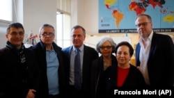 (L-R) Reza Moini, the head of RSF's Iran-Afghanistan desk, Taghi Rahmani, Iraj Mesdaghi, Monireh Baradarn, Iranian Nobel Peace laureate Shirin Ebadi and Christophe Deloire, director of RSF, February 2019.