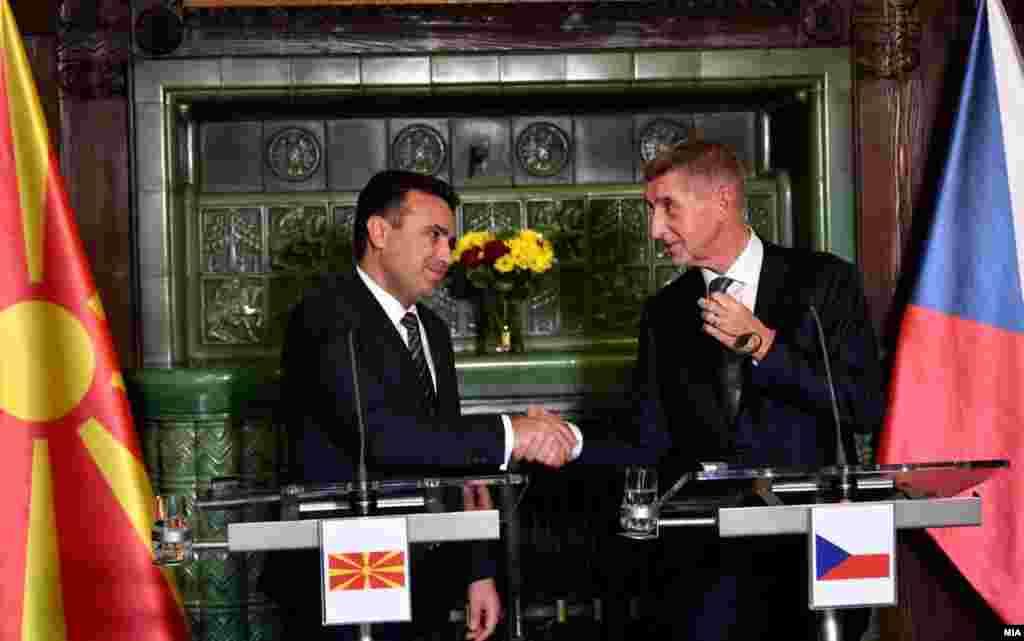 ЧЕШКА - Искрено се надеваме дека овој притисок ќе даде резултати и оти многу бргу во претстојниот период ќе пристигне одлуката за почеток на преговорите за пристапувањена нашата земја во ЕУ, изјави премиерот Зоран Заев на заедничката прес-конференција со неговиот чешки колега Андреј Бабиш, во рамки на официјалната посета на македонска владина делегација на Чешка.