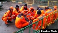 Ресей астанасындағы өзбек еңбек мигранттары. 2011 жыл. (Көрнекі сурет)