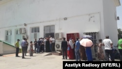 Люди в очереди у продуктового магазина в Ашхабаде.