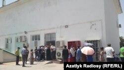 صف مردم برای خرید مواد غذایی از فروشگاه دولتی در عشقآباد