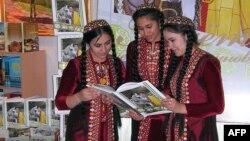 Türkmen gyzlary Gurbanguly Berdymuhamedowyň kitabyny okaýarlar