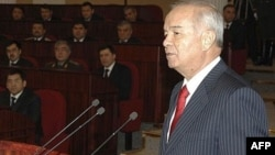 Каримов 2008 йил 16 январида ëнма-ëн қўйилган Конституция ва Қуръонга қўл қўйиб қасамëд қилмоқда.
