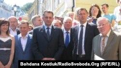 Литовська делегація на відкритті пам'ятного знаку на Замковій горі, Київ, 6 липня 2013 року
