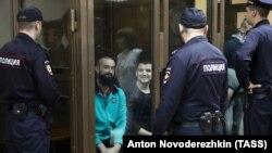 Захоплені Росією українські моряки у російському суді.16 серпня 2019 року