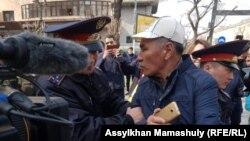 Qozog'iston. Politsiya xodimlari namoyish ishtirokchilarini qo'lga olmoqda. Olmaota shahri, 22 mart.