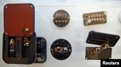 Эти подслушивающие устройства использовали спецслужбы бывшей ГДР - Штази. Сейчас они - экспонаты берлинского музея