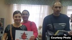 Ирина Смирнова (в центре) и другие активисты сдают кровь, чтобы оплатить работу адвокатов