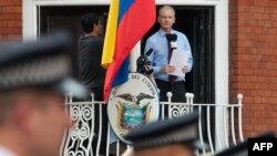 Основатель WikiLeaks Джулиан Ассанж общается с прессой с балкона посольства Эквадора в Лондоне, 19 августа 2012 года.