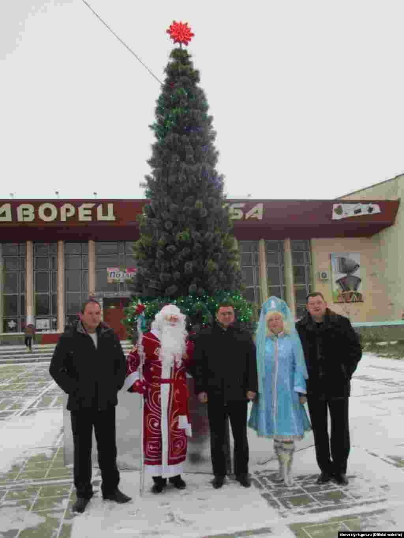 На сході Криму в селищі Кіровське ялинку встановили на площі перед Палацом культури «Дружба».