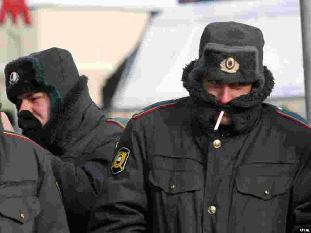 Замерзшая милиция в оцеплениях