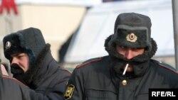 Милиционерам, охранявшим праздничное шествие, было не так интересно, как его участникам