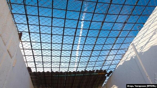 """Во дворике для прогулок ИК-33 небо тоже """"в клеточку"""""""