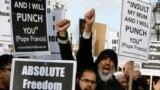 عکس آرشیوی-تظاهرات شماری از مسلمانان در لندن در اعتراض به کاریکاتورهای منتشر شده از پیامبر اسلام در مجله طنز شارلی ابدو