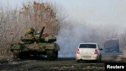 Танк сепаратистів під селом Розсипне, грудень 2014 року