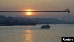 Мост через бухту Золотой Рог в процессе строительства. Владивосток, 26 мая 2012 года.