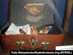 В експозиції музею Голокосту. Евакуаційна валізка, яку довгі роки тримала при собі мама директора музею Ігоря Щупака