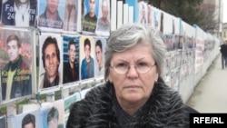 Nesrete Kumnova kod zida sa fotografijama nestalih, Priština - fotografija iz arhive