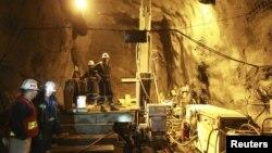"""Рабочие в шахте рудника """"Кумтор""""."""