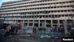 Pamje pas sulmit me makinë - bombë afër selisë së policisë në Kajro