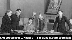 """Борис Меньшагин подписывает """"Смоленское воззвание"""". Декабрь 1942 года"""