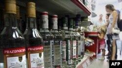 Полки с алкогольной продукцией в супермаркете.