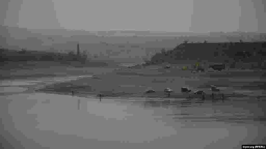 Рыбаки наводнили берега водоема. В обмелевшем водохранилище изголодавшаяся рыба хорошо клюет.
