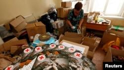 Сібірдегі Красноярск қаласындағы Қызыл Крест ұйымында Шығыс Украинадағы тұрғындарға арналған гуманитарлық жүкті әзірлеп жатқан адам. 20 маусым 2014 жыл.